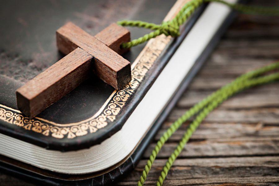 Церковный крест и библия