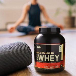 100% Whey Gold Standard 2270 г на фоне йоги