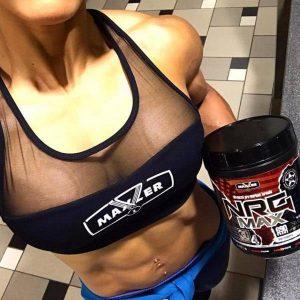 Спортивная девушка держит в руках NRG MAX от Maxler