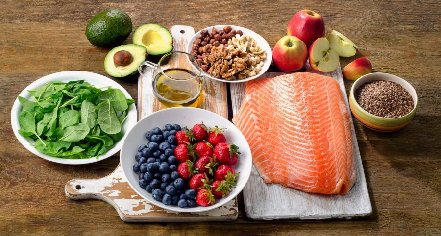 Ягоды, рыба, авокадо, яблоки, масло оливковое, зелень, орехи