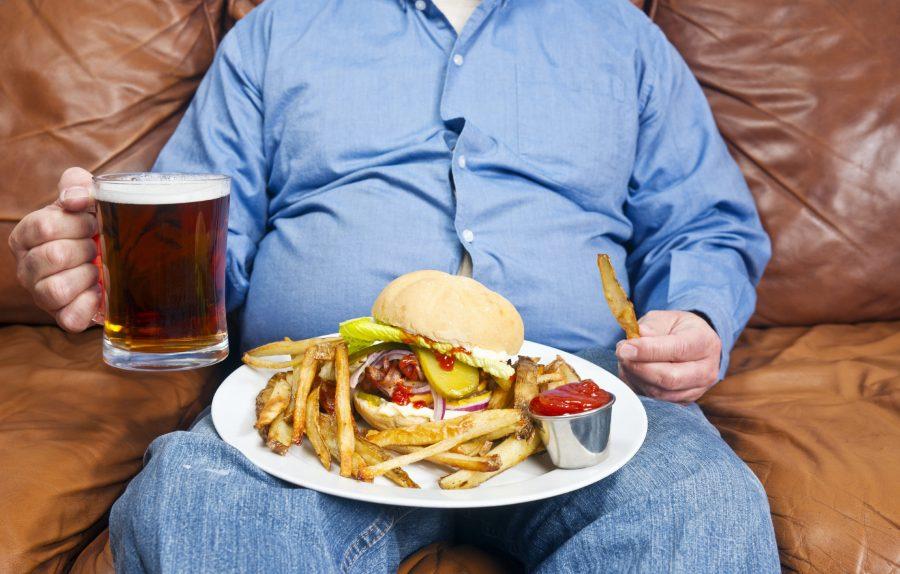 Толстый мужик с пивом и фастфуде на диване