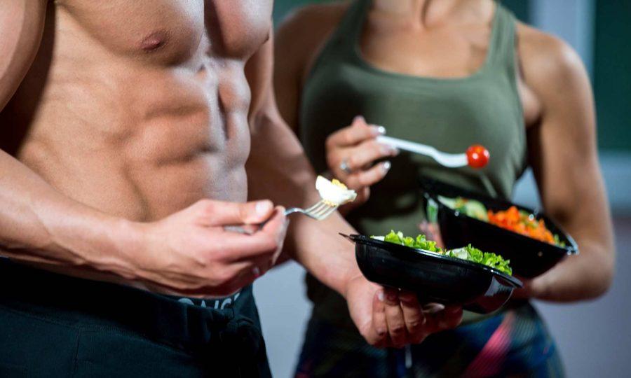 Спортивная девушка и мужчина за приемом пищи