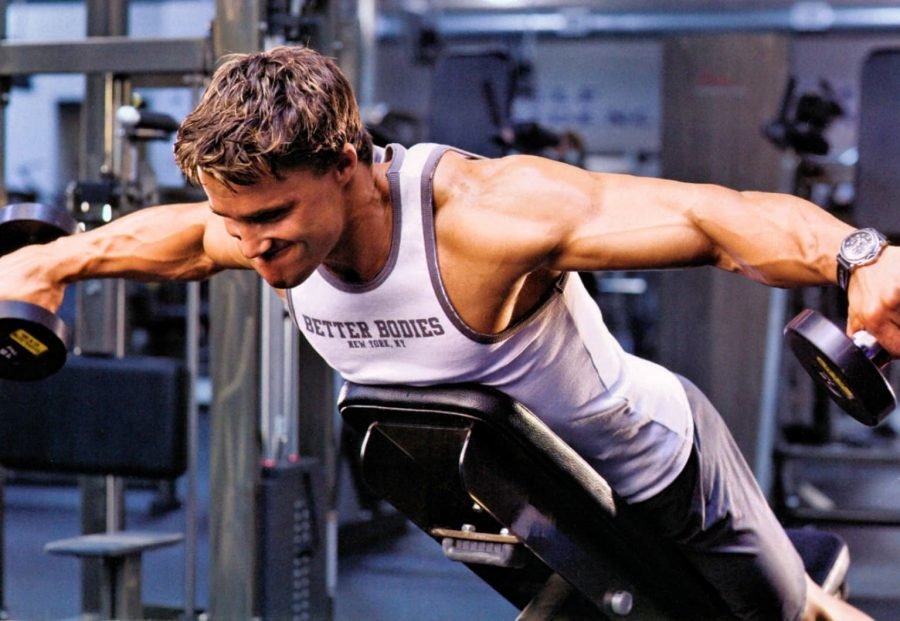 Грег Плитт выполняет упражнения на плечи