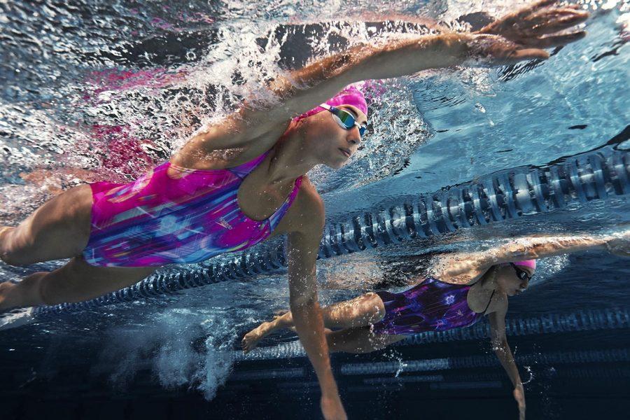 Девушка плывет вольным стилем (кролем) в бассейне (фото под водой)
