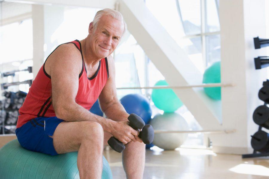 Спортивный пенсионер в фитнес центре