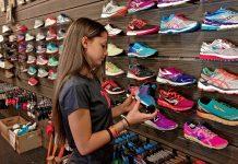 Девушка выбирает кроссовки