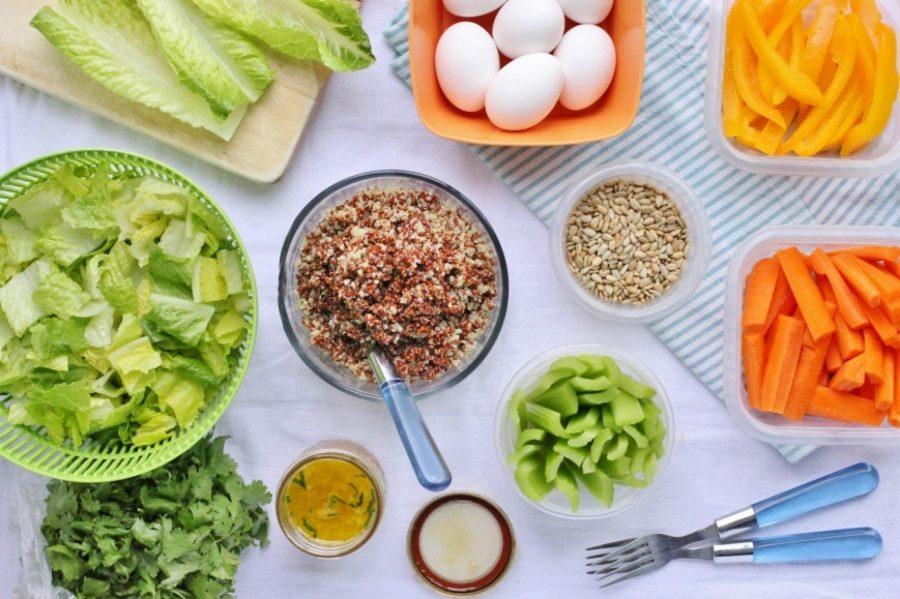 Яйца, салат, морковь, зелень, семя подсолнуха