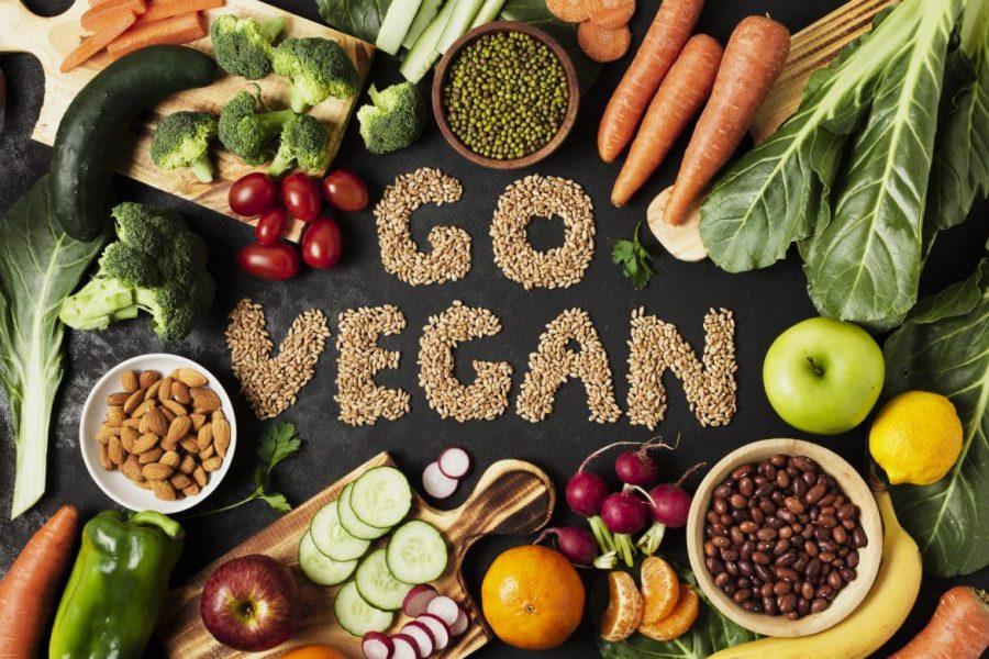 Вегетарианские продукты (морковь, орехи, яблоки, помидоры, огурцы, кабачки, зелень)