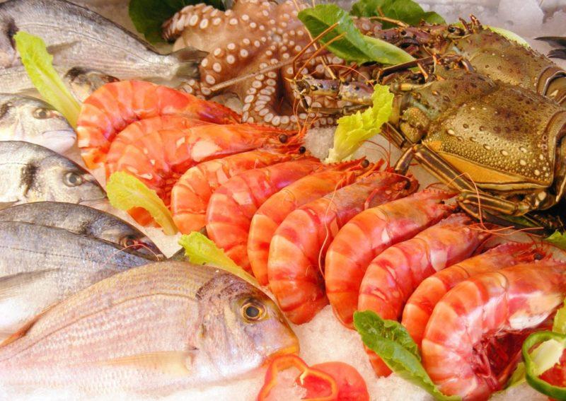 Креветки, рыба и зелень