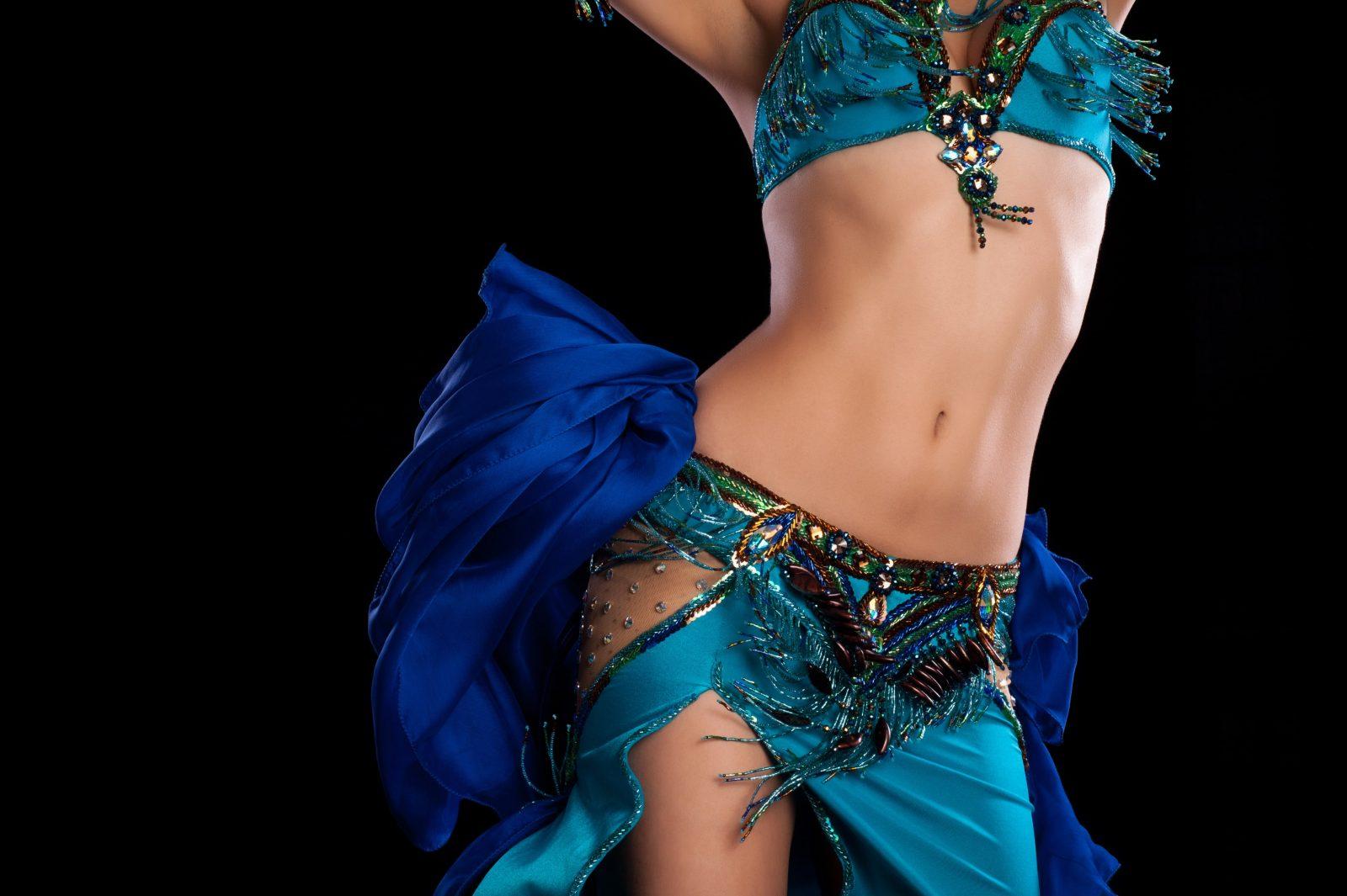 Девушка танцует восточный танец живота в наряде