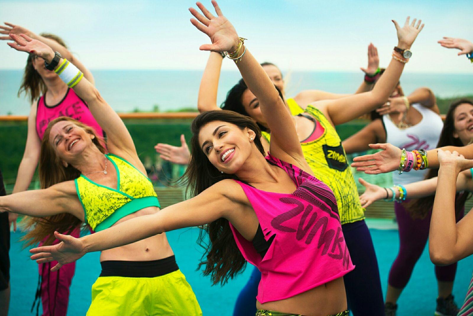 Девушки танцуют латиноамериканский спортивный танец