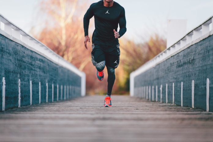 Профессиональный легкоатлет бежит по улице