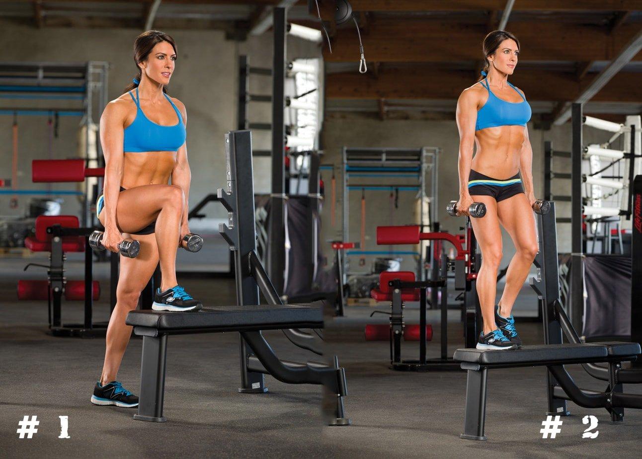 Спортивная девушка вышагивает на скамью с гантелями в руках