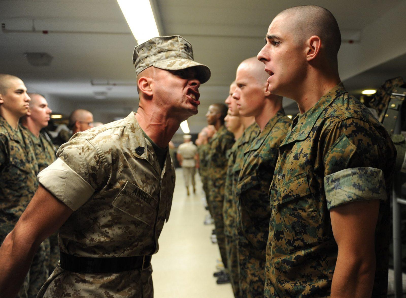 Офицер армии в очень грубой форме учит новобранцев, как отвечать старшим по званию