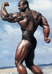 Серджио Олива демонстрирует мышцы