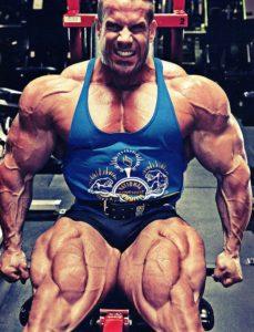 Джей Катлер выполняет упражнение в тренажере для ног