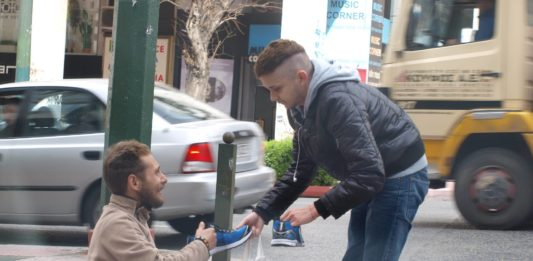 Добрый парень подарил обувь босому бездомному мужчине