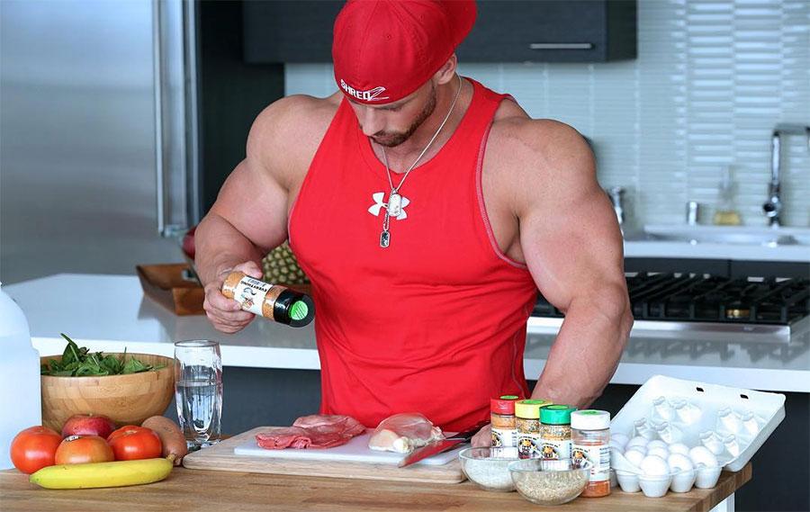 Бодибилдер приготавливает пищу на кухне