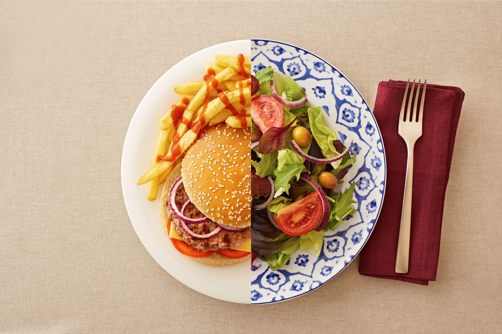 Тарелка в которой лежит: картошка фри, гамбургер, салат из зелени