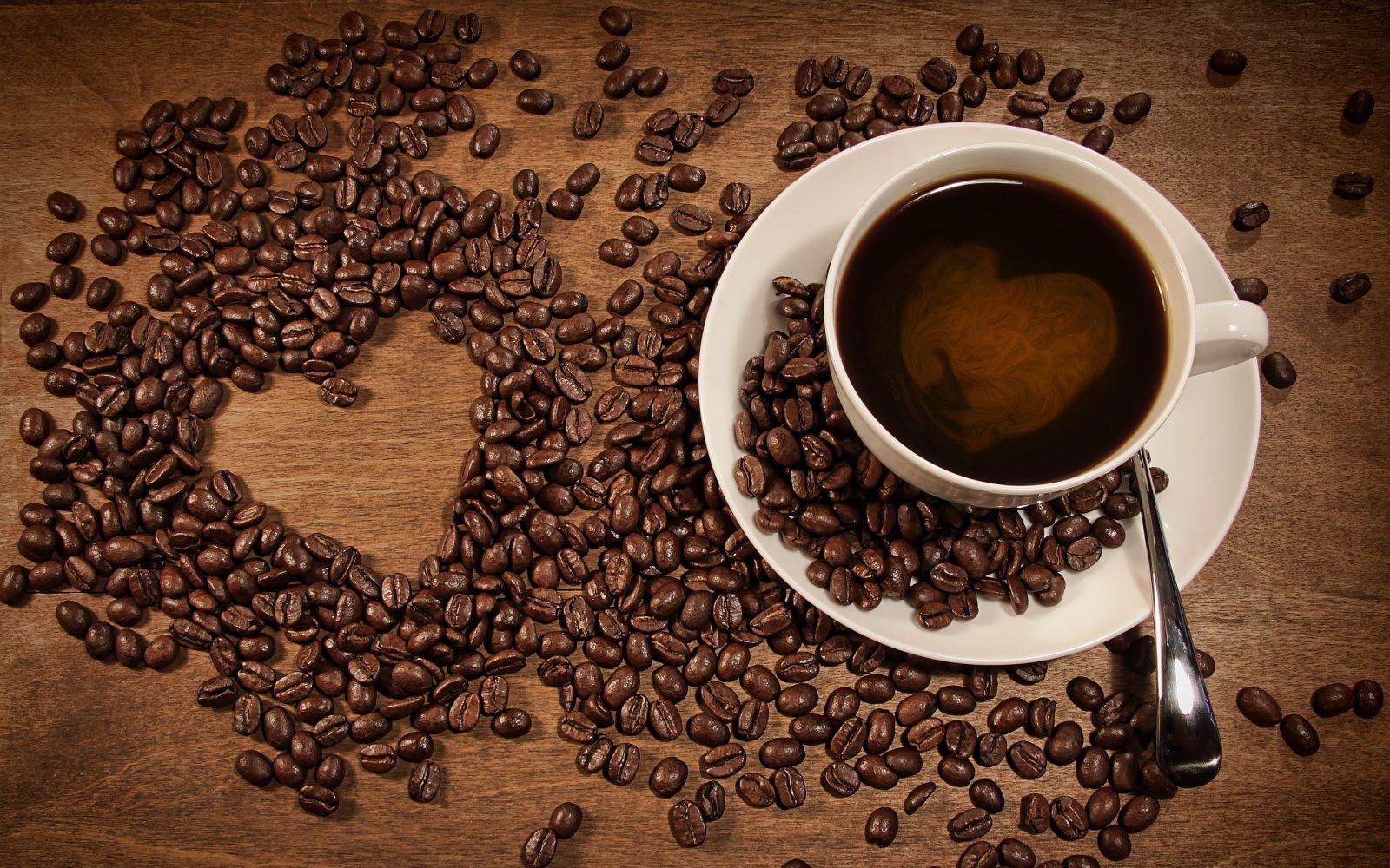 Чашка зернистого кофе с блюдцем