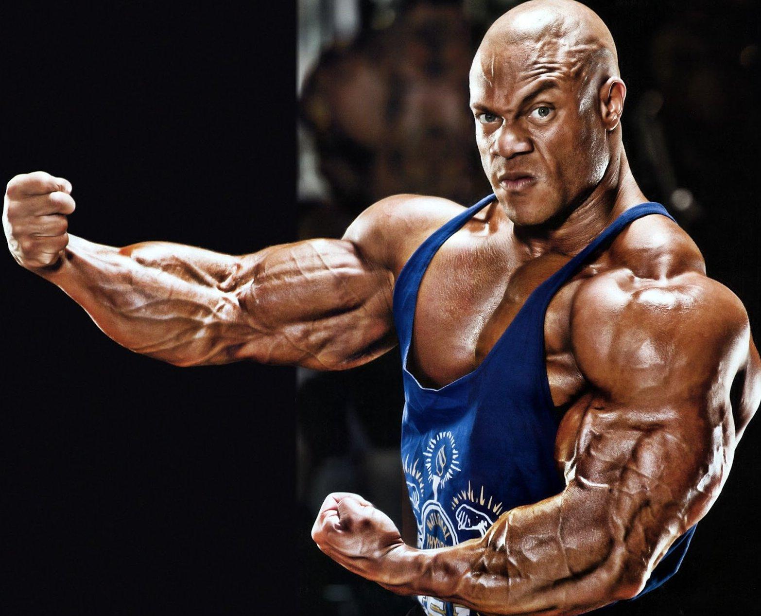 Фил Хит демонстрирует мышцы рук