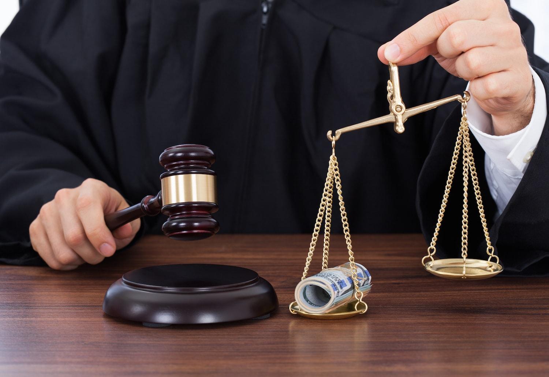 Судья с весами, чаша которой превосходит с деньгами
