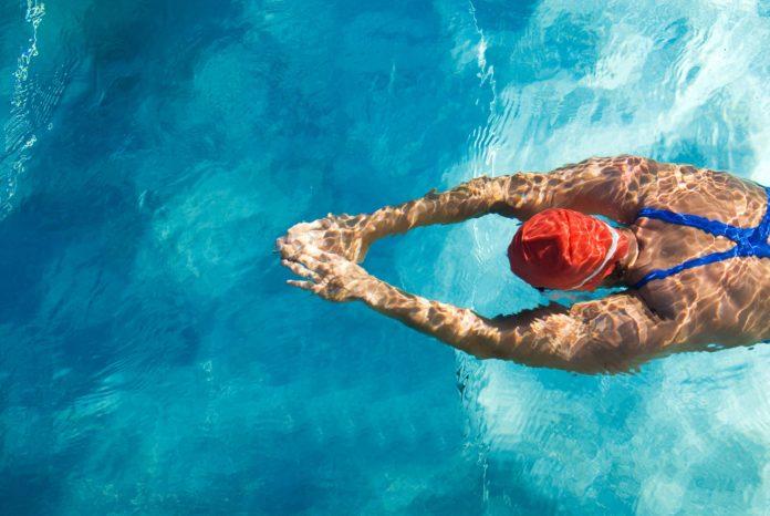 Девушка свободно держиться на воде перевернувшись на грудь